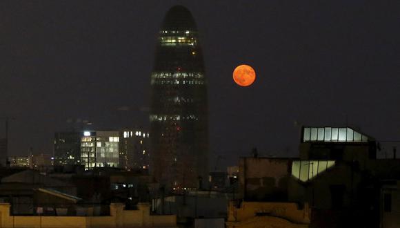 Un eclipse de Luna de sangre se vio en España y el resto de Europa el 28 de setiembre del 2015. Acá, una imagen donde se ve la Torre Glòries, anteriormente conocida como Torre Agbar, ubicada en Barcelona. (Reuters)