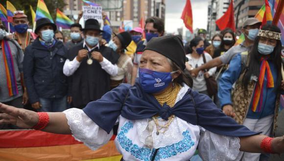 La líder indígena Blanca Chancoso participa en una manifestación realizada por el candidato presidencial ecuatoriano Yaku Pérez y sus simpatizantes frente al Consejo Nacional Electoral, en Quito. (Foto: AFP / Rodrigo BUENDIA).