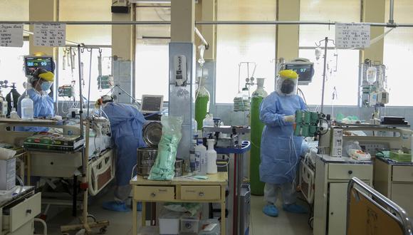 La imagen muestra a médicos atendiendo a pacientes con COVID-19 en el Hospital Felipe Urriola en Iquitos. (Foto: Cesar Von Bancels / AFP)