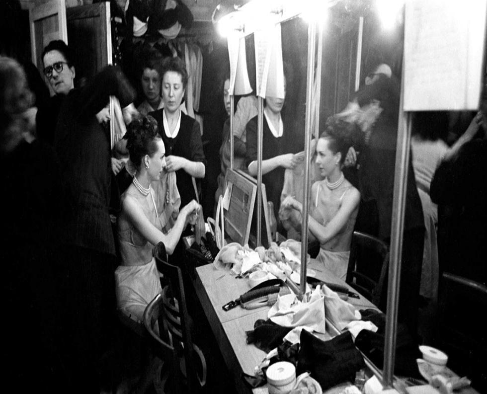 Tras bastidores, se logra apreciar que las modelos se preparan para el primer desfile de Dior. La colección inaugural se llamó 'Corolle' y se presentó el 12 de febrero de 1947. (Foto: Dior Mag)