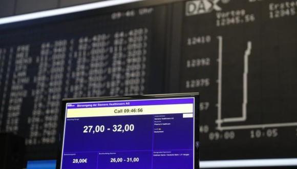 En la imagen se muestra un monitor para el intercambio oficial de acciones. Siemens Healthineers comienza a seguir una oferta pública inicial (IPO) en la sala de operaciones de la bolsa de Frankfurt en Frankfurt, Alemania, el 16 de marzo de 2018. (Foto: Reuters)