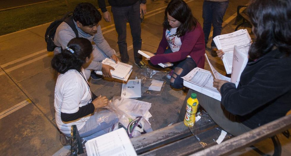 La noche del domingo, jóvenes empadronadores reunían apresuradamente sus cédulas censales (Foto: Eduardo Cavero)
