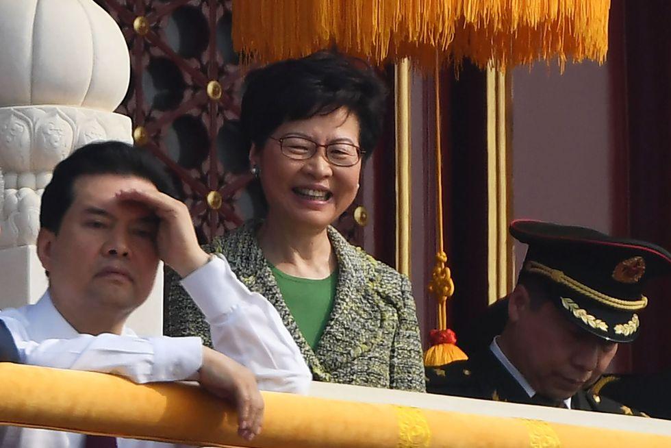 Carrie Lam, la jefa del Ejecutivo hongkonés, estuvo en el desfile militar en Beijing al lado de la cúpula del Partido Comunista Chino. Mientras tanto, los hongkoneses continúan exigiendo su salida del Gobierno. [AFP]