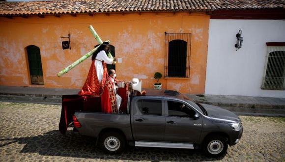 La imagen de Jesús Nazareno cargando la cruz recorrió este Viernes Santo las principales calles y avenidas de El Salvador en auto, como una manera alternativa a las tradicionales procesiones de la Semana Santa, que fueron suspendidas por la pandemia del coronavirus. (Foto: EFE / Rodrigo Sura)
