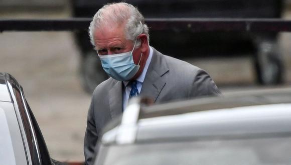 El príncipe Carlos abandona el Hospital King Edward VII, donde fue admitido su padre, el príncipe Felipe, en Londres, Reino Unido, el 20 de febrero de 2021. (REUTERS/Toby Melville).
