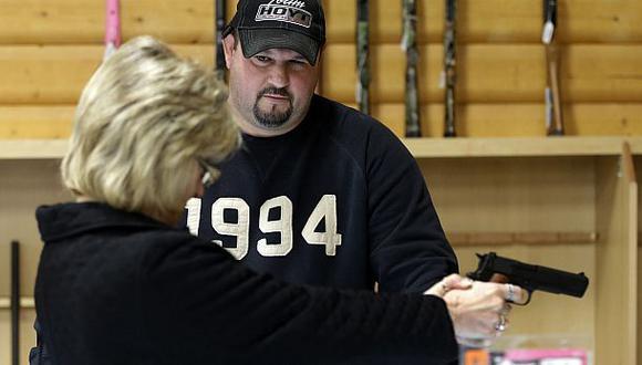 Vendedor de armas hiere a mujer cuando le mostraba pistola
