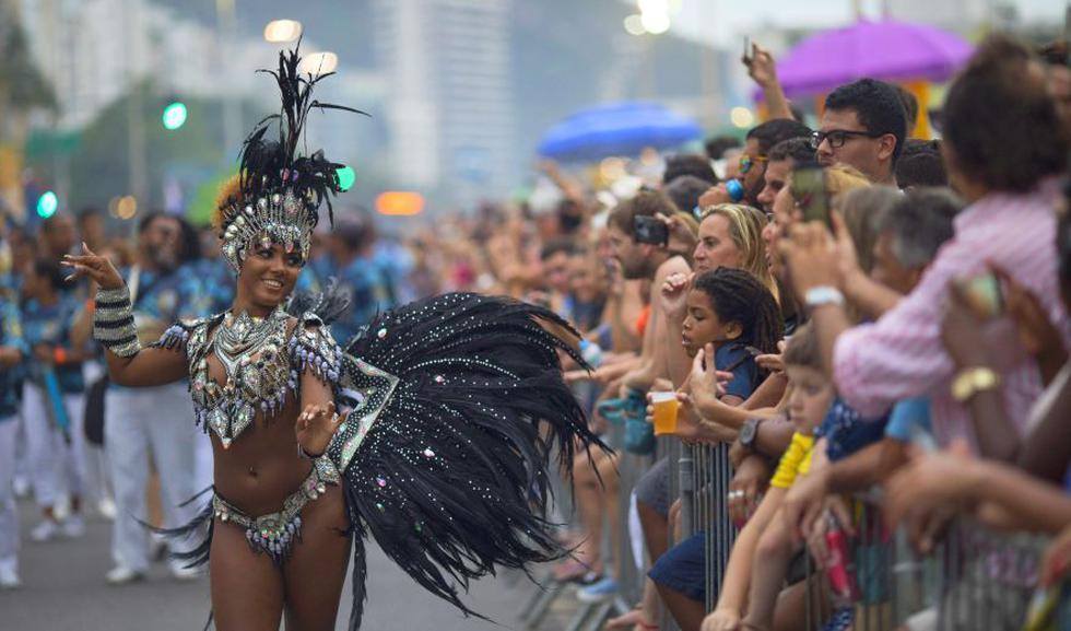 La avenida contigua a la playa de Copacabana se convirtió este sábado en una inusual pasarela para las escuelas de samba de Río de Janeiro, que realizaron una multitudinaria batucada con más de 1.000 ritmistas, calentando motores para el Carnaval. (Foto: AP)