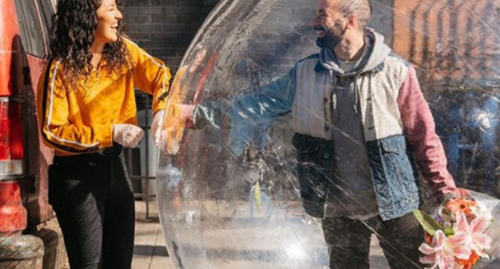 El último viernes 27 de marzo, la pareja se conoció físicamente mas sin dejar de respetar el distanciamiento social, por lo que Jeremy apareció dentro de una burbuja gigante. (Foto: jermcohen/instagram)