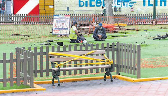 En la plaza Túpac Amaru, en Magdalena, se retiraron los juegos y se colocaron cintas sobre las bancas. (Foto: Manuel Melgar / GEC)