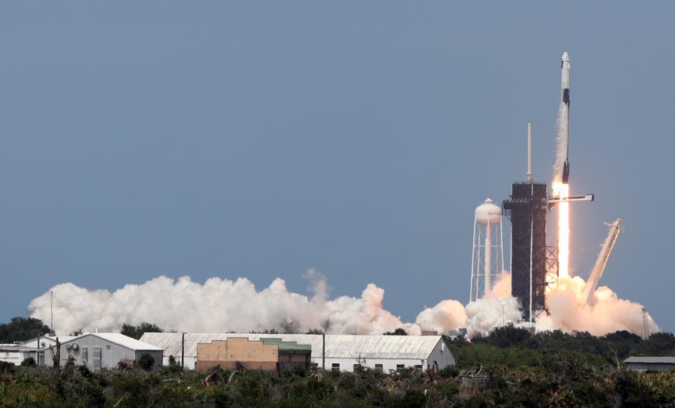El lanzamiento de la cápsula Crew Dragon se realizó a las 14:22. del sábado (Foto: Gregg Newton / AFP)