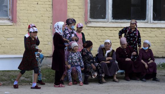 Refugiados de Kirguistán huyen de la zona de conflicto, que se ubica en el límite con Tayikistán. (AP).