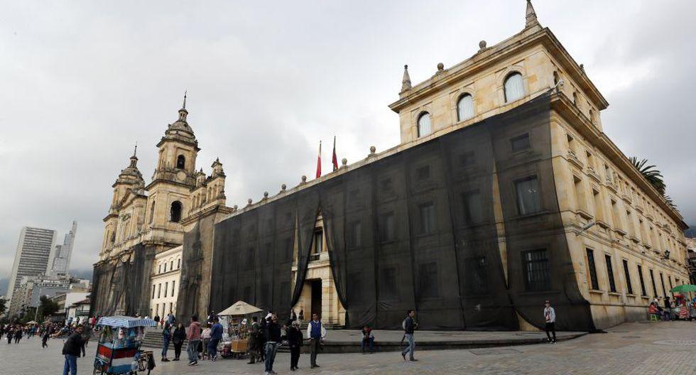 Los edificios aledaños a la Plaza de Bolívar, en Bogotá, son protegidos con lona este miércoles como medida de prevención ante el paro nacional de este jueves. Colombia vivirá la jornada de protestas más fuerte convocada hasta ahora contra el Gobierno del presidente Iván Duque. (Foto: EFE)