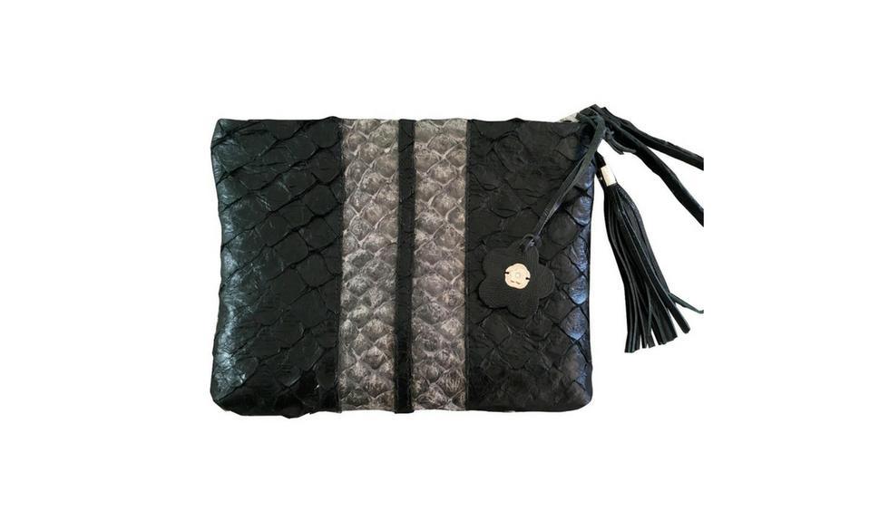 Sobre trabajado con la piel de paiche en un acabado sellado y acharolado en negro y gris, mostrando un estilo sobrio y elegante.(Foto: Difusión)