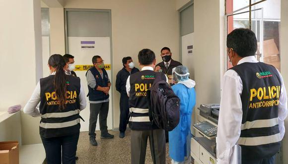 Agentes de la policía en el momento en que intervienen la red de salud. (Foto: PNP)