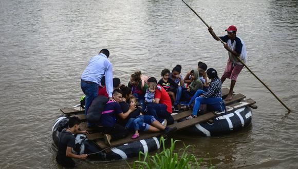 Los migrantes cruzan en una balsa improvisada el río Suchiate, desde Tecun Uman, en Guatemala, hasta Ciudad Hidalgo, México, en su camino a Estados Unidos. (AFP).