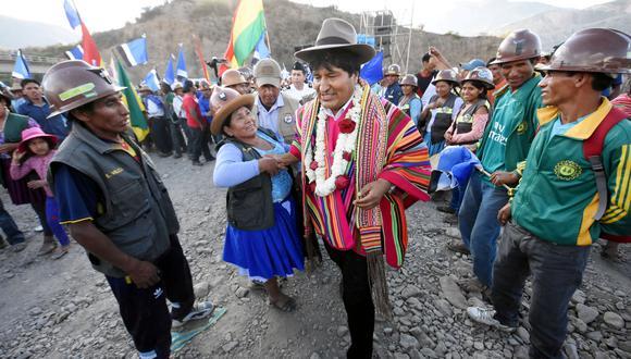 """El corte de carreteras se convocó """"para defender la democracia conquistada por nuestros abuelos y en contra del golpe de Estado de la oposición"""". El presidente Morales había denunciado temprano este domingo que estaba en curso un movimiento golpista a partir de esta semana. (Reuters)"""