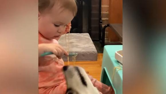 Esta niña de 18 meses y su perro ya conocen la importancia de compartir con los demás. (Foto : YOUTUBE - CATERS)