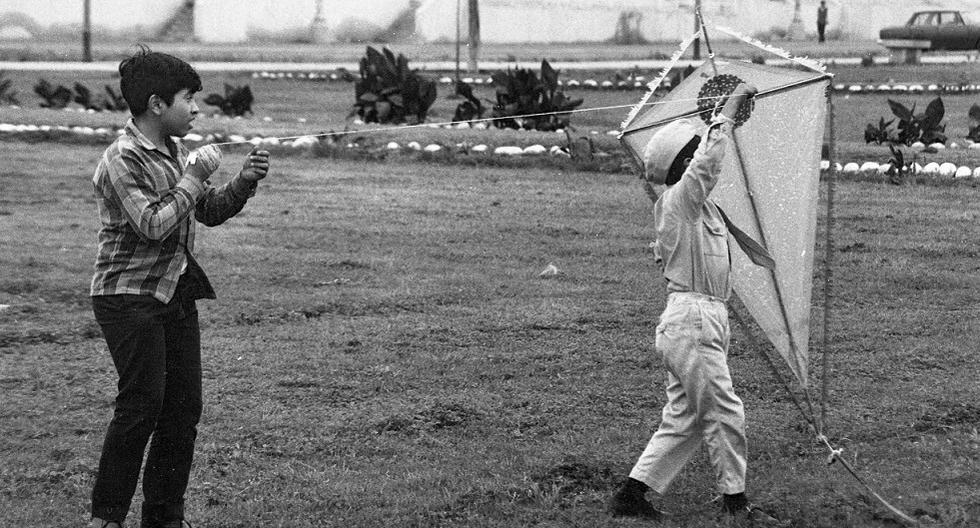 Dos niños preparándose para hacer volar su cometa, agosto de 1971. (GEC Archivo Histórico)