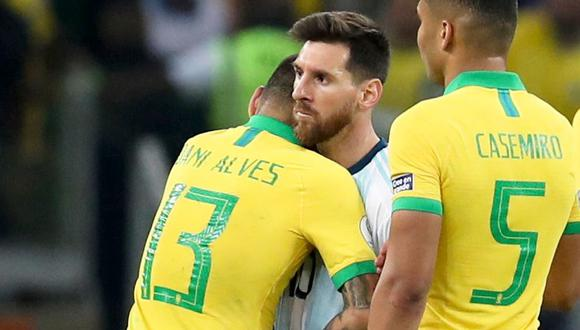 Lionel Messi y Dani Alves en un abrazo fraterno. (Foto: AP)