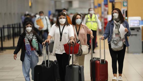 Viajeros se dirigen a tomar sus vuelos el viernes 7 de mayo de 2021 en el aeropuerto internacional Jorge Chávez en Lima, Perú. (EFE/ Paolo Aguilar).