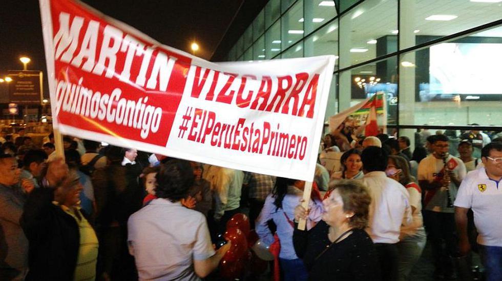 Manifestantes esperaron a Martín Vizcarra en el Aeropuerto Internacional Jorge Chávez. (Foto: Rolly Reyna/ El Comercio)