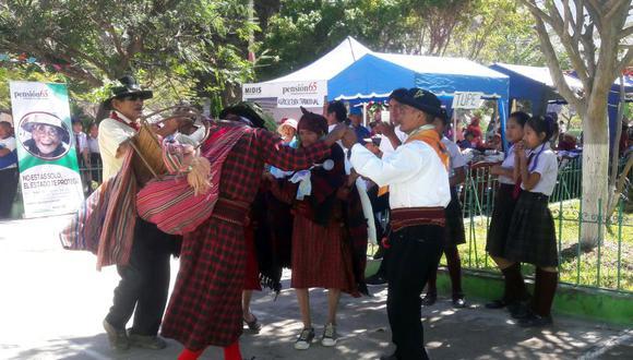 Para participar en el encuentro, alrededor de 90 adultos mayores – provenientes de diferentes lugares, como Chavín, Cachuy y Canchán - llegaron a la Plaza de Armas de Catahuasi y demostraron lo mejor de sus conocimientos. (Pensión 95)