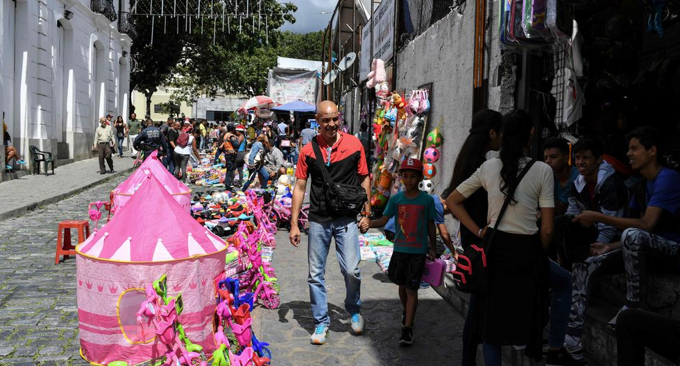 Un mercado popular en el centro histórico de Caracas donde se venden juguetes. (AFP / Yuri CORTEZ).
