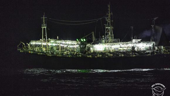 Los barcos que capturan pota pescan durante la noche. Foto: Simon Ager / Sea Shepherd.