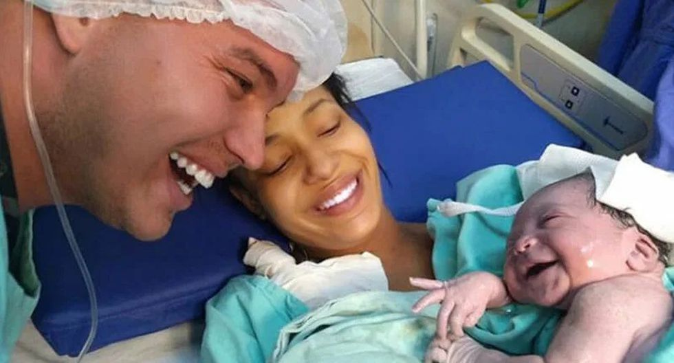 Una niña recién nacida le sonríe a su papé tras escuchar su voz y enternece al mundo. (Foto: GRIT).