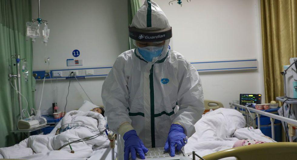El personal de salud atiende a los paciente de coronavirus salas aisladas y con trajes protectores. (Foto: Reuters)