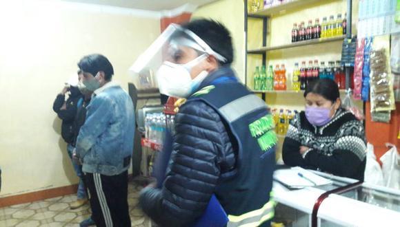 Puno: intervienen a más de quince personas ingiriendo alcohol adulterado en bares clandestinos. (Foto: Municipalidad Provincial de Puno).