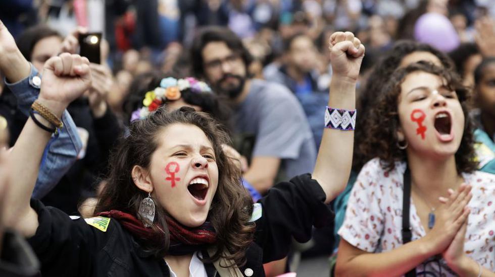 Brasil: Feministas protestan contra Bolsonaro a un día de las elecciones. (AP)