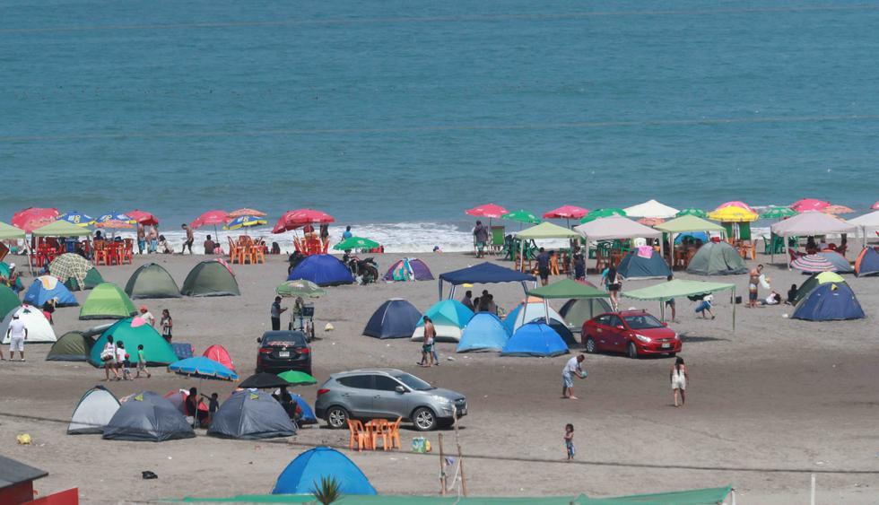 Miles de personas llegaron a las playas del sur de Lima, como León Dormido. Algunos visitantes se llevaron su basura en bolsas tras acampar durante el feriado largo. (Foto: Lino Chipana / El Comercio)