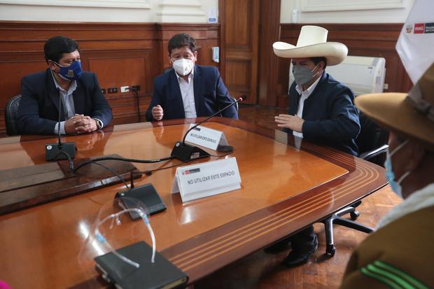 El presidente Castillo y los ministros Bellido y Alvarado recibieron en la PCM, en Palacio de Gobierno, a una delegación de la provincia de Huancané (Puno), que solicitó la incorporación de un proyecto de agua potable en el programa de inversiones del gobierno. (Foto: PCM)