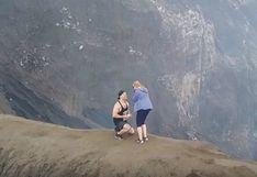 Un volcán activo fue escenario de una de las pedidas de mano más asombrosas de las redes sociales