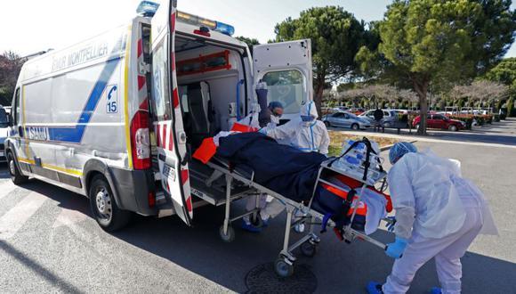 El personal médico del hospital transporta a un paciente con la enfermedad Covid-19 en la Clinic du Millenaire, en Montpellier, Francia, tras su evacuación de la ciudad de Aix-en-Provence. (Foto: Archivo /EFE / EPA / HORCAJUELO).
