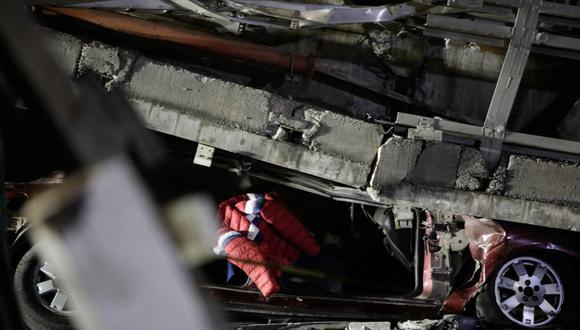Un automóvil aplastado por la estructura del Metro que colapsó parcialmente en la estación de Olivos en la Ciudad de México. (REUTERS/Luis Cortes).