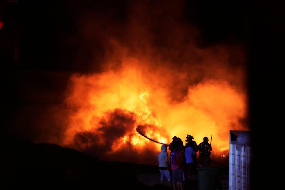 El incendio se dio en un almacén de reciclaje ubicado en el asentamiento El Ayllu, en Cajamarquilla. (Cesar Grados / GEC)