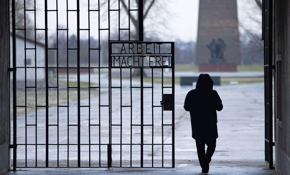 Durante la jornada, varios ex prisioneros compartirán su experiencia con los asistentes, para unirse después en una oración en recuerdo de las víctimas que perecieron en este recinto de muerte. (Foto: EFE)