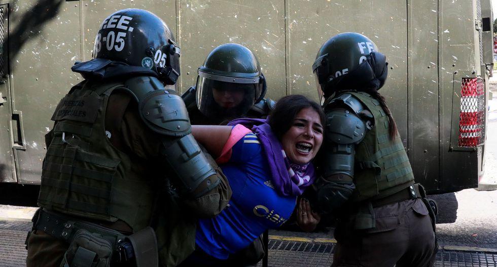 Una mujer es detenida por los Carabineros en una protestas en el centro de Santiago de Chile. (REUTERS/Henry Romero).