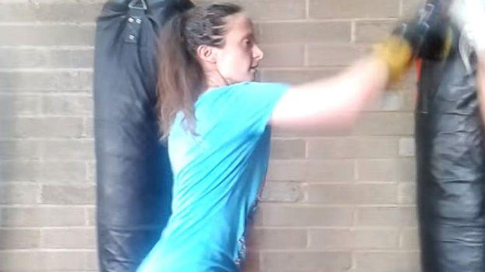 Una delgada Lionnet se ve practicando en un gimnasio de boxeo en Londres, un año antes de su muerte.