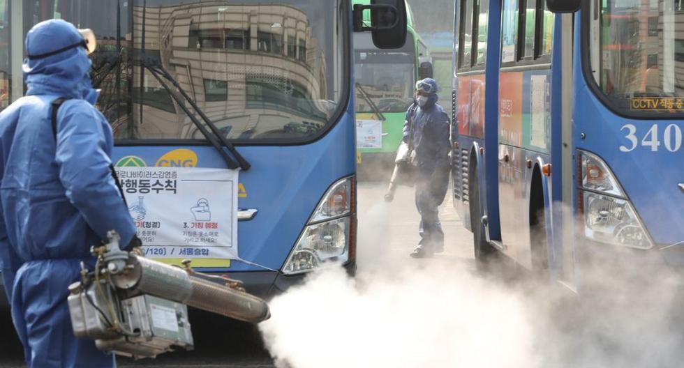 Trabajadores aplican un desinfectante en aerosol como parte de las medidas preventivas contra la propagación del coronavirus COVID-19, en una terminal de autobuses públicos en Seúl. (AFP)