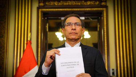 En su mensaje, el presidente Vizcarra mostró el proyecto de ley orgánica de la Junta Nacional de Justicia. (Foto: Presidencia)