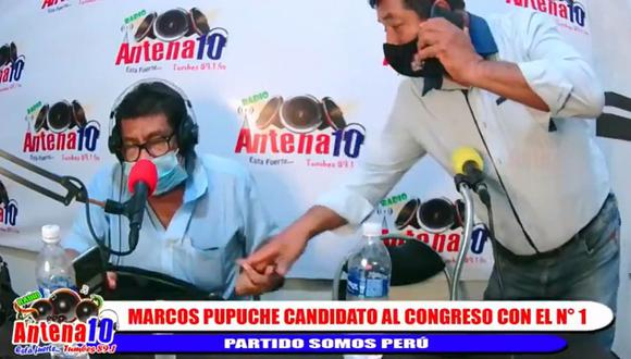 El candidato de Somos Perú, José Marcos Santos, fue captado entregando algo a un periodista en vivo. (Captura: Antena 10)