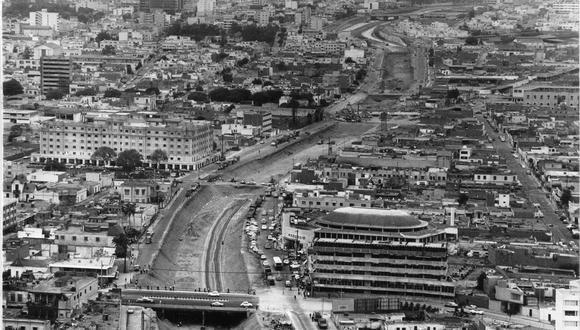 Vista aérea de la vía Expresa del 16 de diciembre de 1969. Ese día se marcó un nuevo paso con la inauguración de los puentes Ricardo Palma y Andrés Aramburú. En la foto se ve el Puente Ricardo Palma que une a Miraflores y Surquillo. (Foto: Archivo histórico de El Comercio).