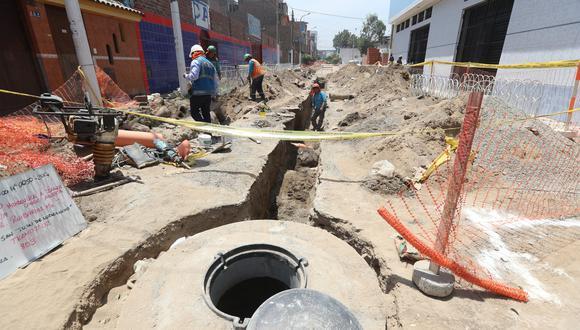 A poco más de dos meses del aniego, las obras aún continúan en la calle Los Ruibarbos, donde se ubica un colegio que a la fecha se encuentra inoperativo. (Foto: Rolly Reyna / El Comercio)
