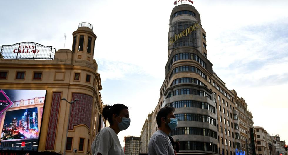 Imagen referencial. Las personas con máscaras faciales son vistas caminando en Madrid, España. (AFP / Gabriel BOUYS).