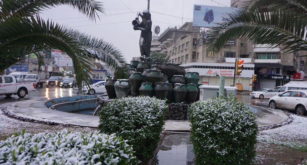 Una fotografía tomada hoy muestra el vecindario residencial Karrada de Bagdad bajo la nieve. (AFP)