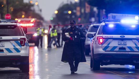 La policía de Chicago investiga la escena de un tiroteo masivo donde más de una docena de personas fueron baleadas en el vecindario de Gresham. (Foto: Tyler LaRiviere / Chicago Sun-Times vía AP).