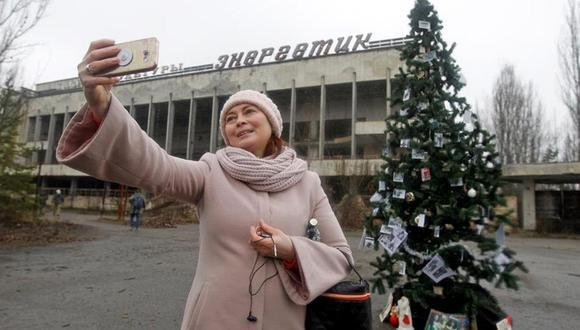 Levantan primer árbol de Navidad en Prípiat desde el accidente nuclear de Chernobyl.   Foto: EFE